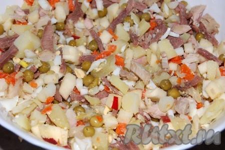 Все порезанные ингредиенты мясного салата и горошек перемешать, посолить.