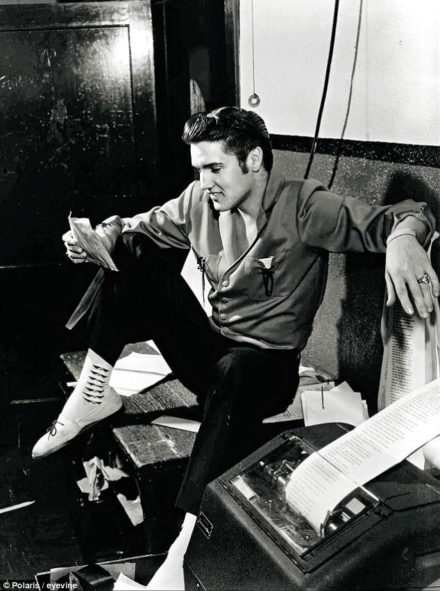 """1956 год. Элвис только что узнал, что его музыка запрещена в Канаде. Он ответил одной фразой: """"А многим нравится"""" архив, знаменитости, интересно, история, редкие снимки, фото, фотоальбом, элвис пресли"""