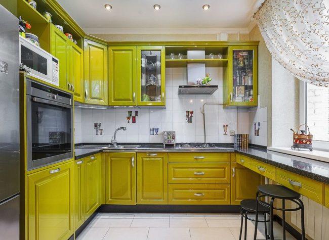 Яркая кухня с угловой мойкой и тумбой под ней