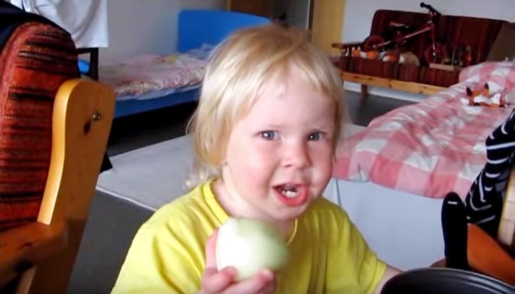Малышка сквозь слезы и мучен…