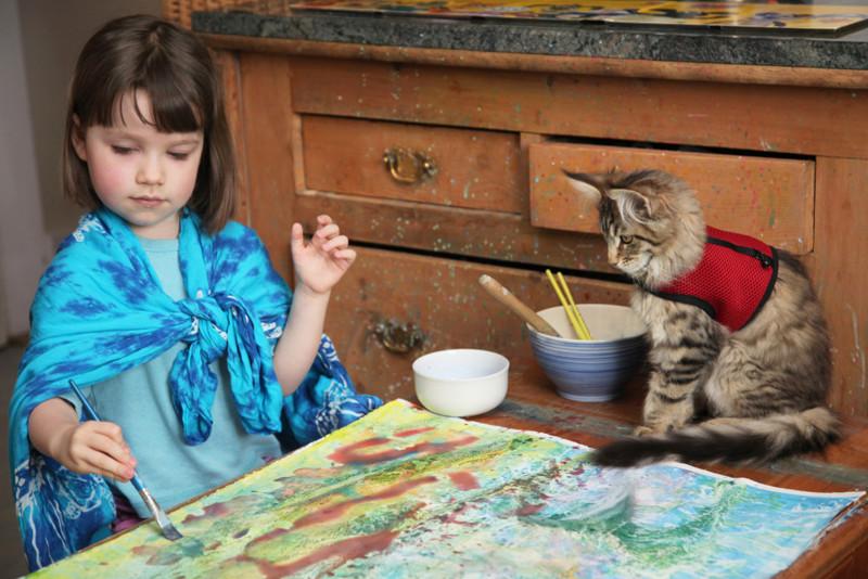 Как девочка рисует животных