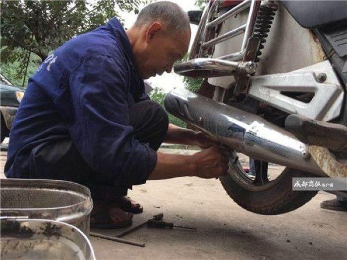 Слепой китаец зарабатывает на жизнь ремонтируя технику