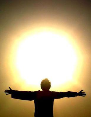 Притча Про солнце  Опухшее, красное со сна утреннее солнце неторопливо ползло по небу и беседовало с ветром: - Так ты говоришь, они меня любят? - спросило солнце. - Ага. - А за что? Я же некрасивое... - А они считают, что красивое. - Да ну... - солнце смутилось и искоса глянуло в океан. - Смотри, у меня и протуберанцы в разные стороны торчат, и пятна на лице выскочили. - А они этого не видят. - Почему не видят? - Потому что они тебя любят. - Ну вот, опять ты о том же! Да за что меня любить? - Они говорят, за то, что ты несешь свет и тепло. - Ерунда какая, - удивилось солнце. - Конечно, я несу свет и тепло. Что же за термоядерная реакция, да без выброса энергии? Но это ведь просто нормальный процесс жизнедеятельности! Вроде бурчания в животе. - А они считают, что ты доброе. - Доброе? А что такое доброта? - Не знаю, - честно признался ветер. - Но они, видимо, знают, раз говорят. Психология Саморазвития.