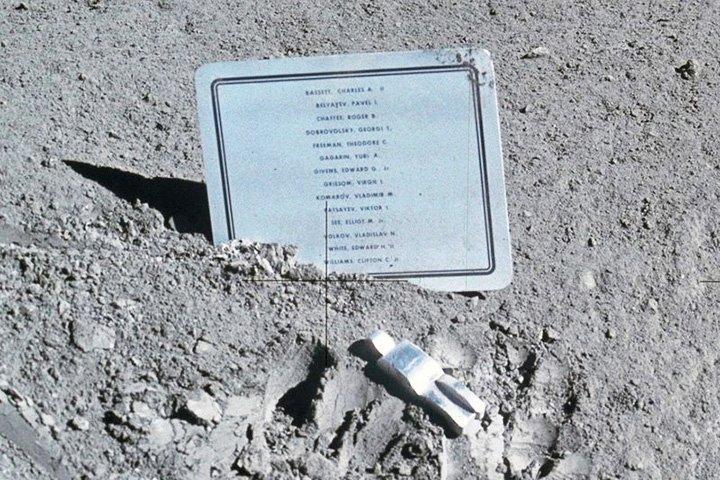 """""""Павший астронавт"""" – маленькая алюминиевая статуя на Луне Павший, алюминиевая, астронавт, луна, статуя"""