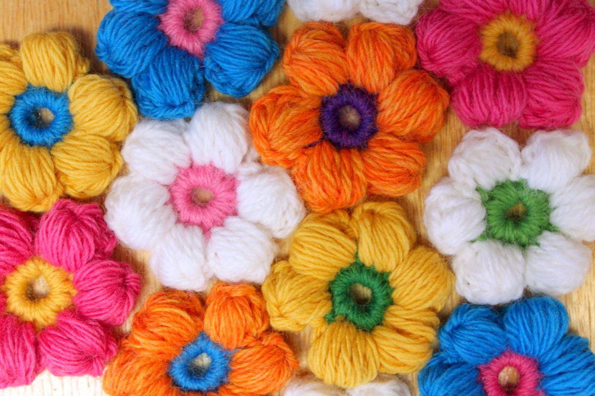Цветочки из пышных столбиков крючком