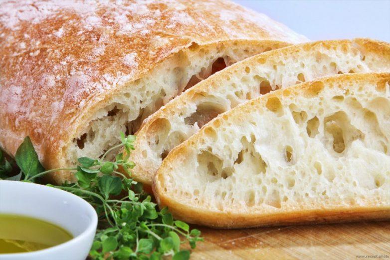 Чиабатта - это национальный итальянский хлеб, который готовится на основе пшеничной муки с добавлением дрожжей