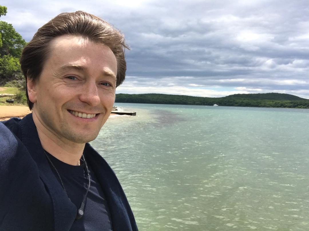 Сергей Безруков поел крабов во Владивостоке
