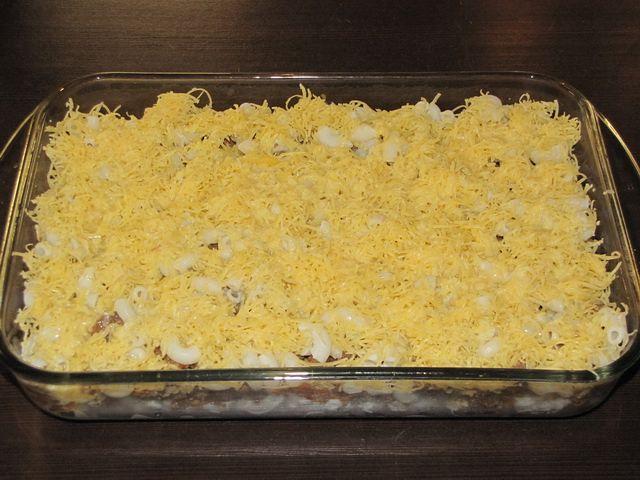 Полить все яично-молочной смесью. пошаговое фото этапа приготовления запеканки из макарон