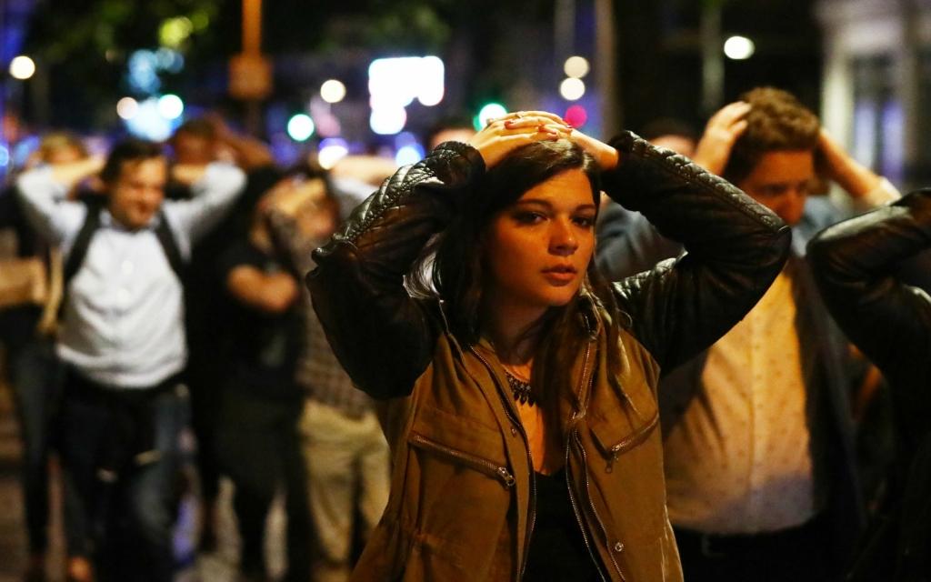 Почему лондонцы подняли руки во время теракта