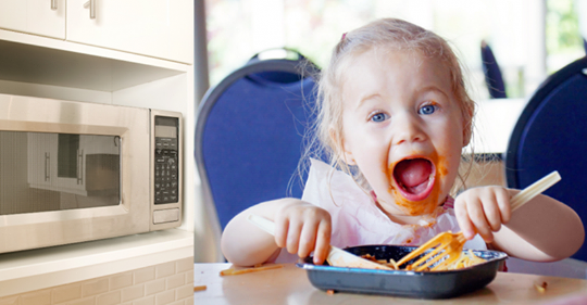 Не подогревайте в микроволновке детское питание в пластиковых контейнерах и избегайте посудомоечной машины, предупреждают врачи