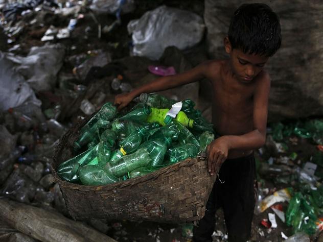 Ученые сконструировали фермент, быстро разлагающий пластиковые бутылки