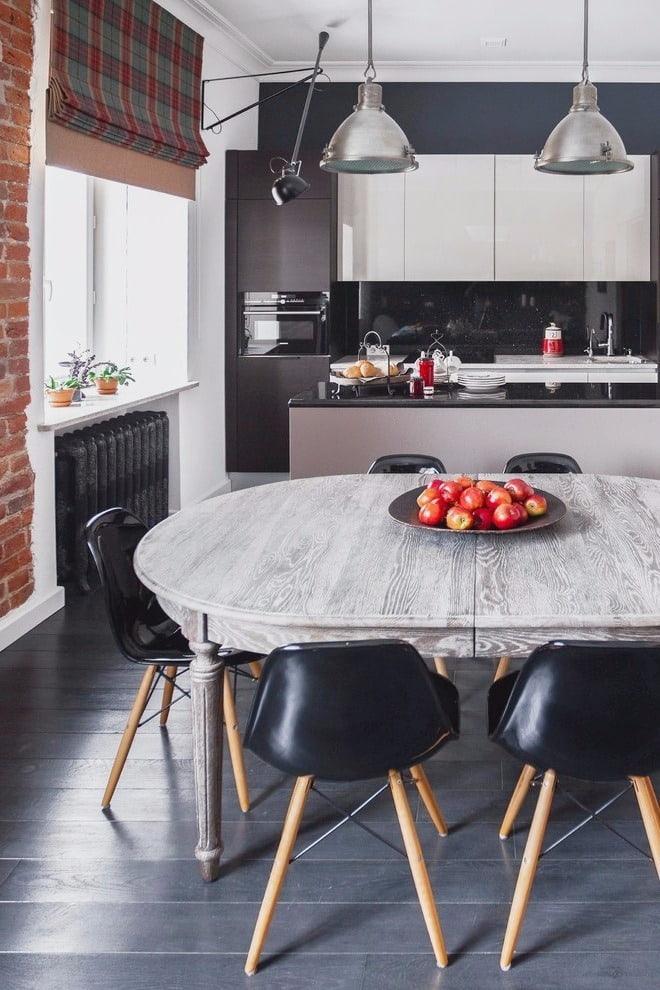 К интерьеру кухни в стиле лофт лучше всего подойдет деревянный стол выполненный под старину