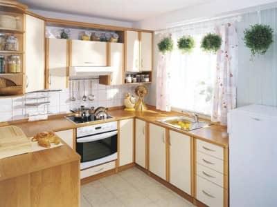 Обустраиваем угловую кухню с окном