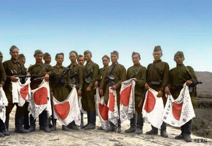 Советские солдаты с трофеями, 1945 год. | Фото: phototopic.ru.