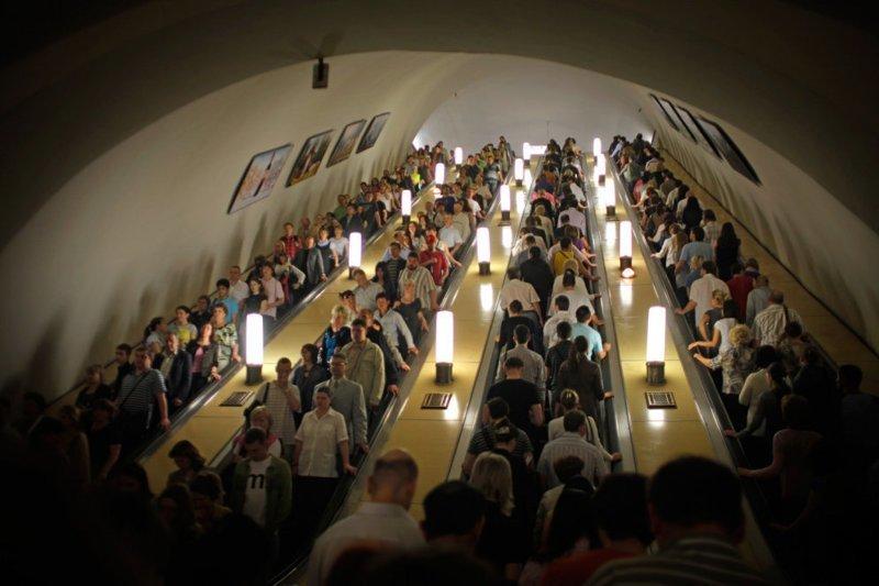 """Девять миллионов пассажиров — именно столько людей ежедневно обслуживает Московский метрополитен. На фото станция """"Киевская"""" в мире, дорога, езда, люди, пробка"""
