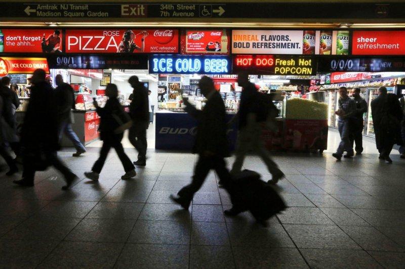 Пенсильванский вокзал в Нью-Йорке — самый загруженный вокзал в США, в час пик через него проходит по тысяче человек раз в 1,5 минуты в мире, дорога, езда, люди, пробка