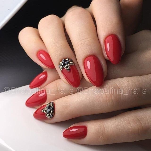 Миндалевидные красные ногти