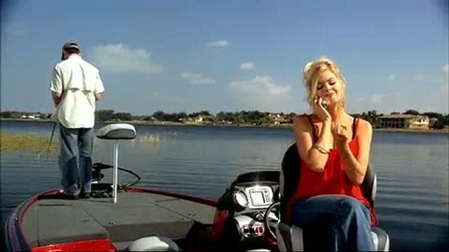 видео как рыбак с лодки упал