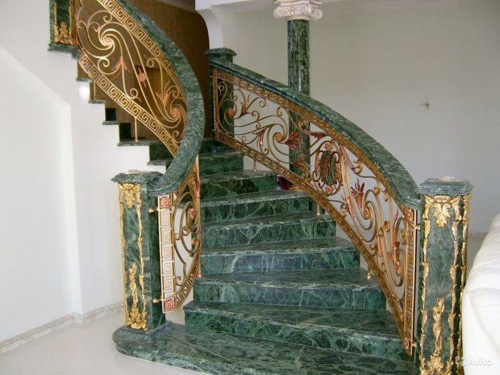 Мраморная лестница не только практичное решение для частного дома, но и роскошная деталь интерьера.