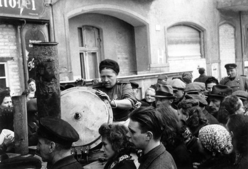 Мой отец попал на фронт в августе 42 года и дошел до Берлина. Запомнился один его рассказ...