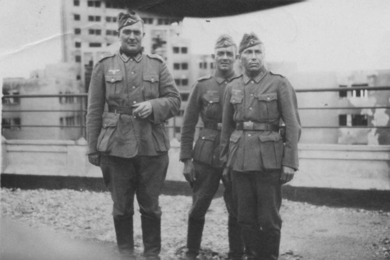 Немецкие солдаты в оккупированном Харькове на крыше Госпрома
