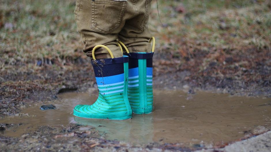 Почему дождевики и резиновые сапоги опасны