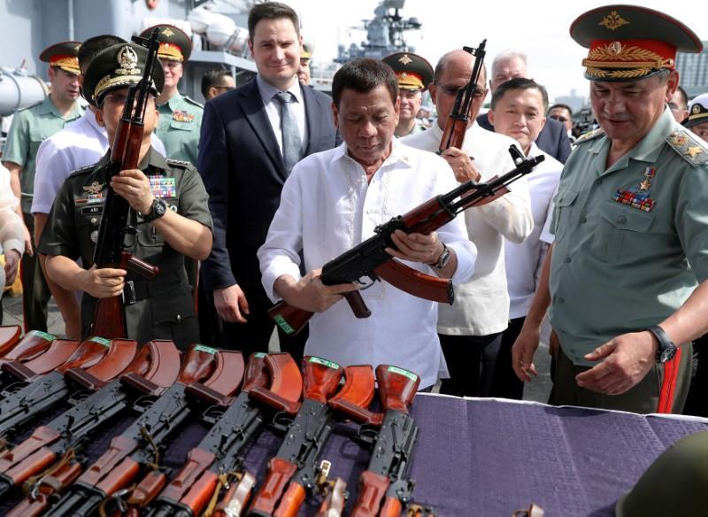 Филиппинам переданы 5000 автоматов Калашникова и 5000 касок СШ-68
