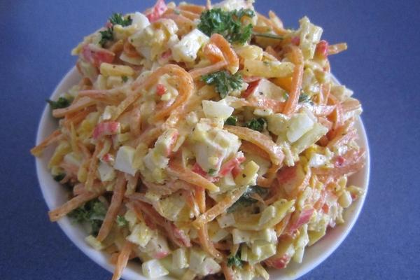 Вкусный и простой салат с морковью, сыром и крабовыми палочками