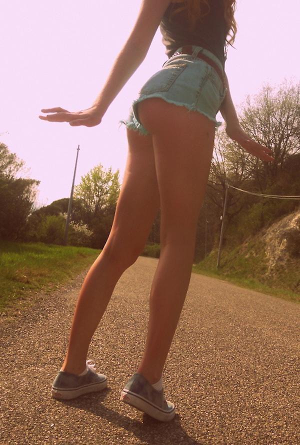 Симпатичные девушки в коротких шортах в шортах, девушки, удачный кадр