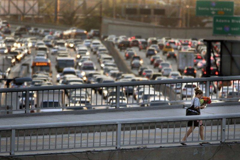 Несмотря на развитую сеть пригородных поездов, многие жители Лос-Анджелеса все равно ездят на работу и с работы на личном автотранспорте в мире, дорога, езда, люди, пробка