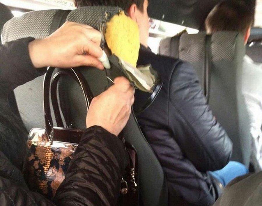 Пассажирка в пути заштопала сиденье в маршрутке