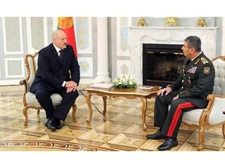 «Это фирменный знак Лукашенко». Минск вооружает врага своего союзника