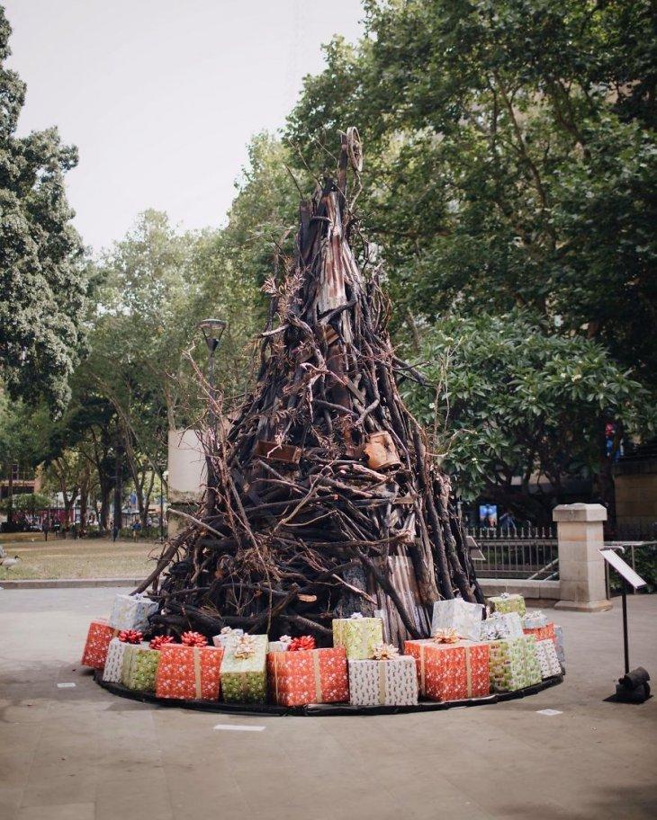 Сгоревшая новогодняя елка в Австралии