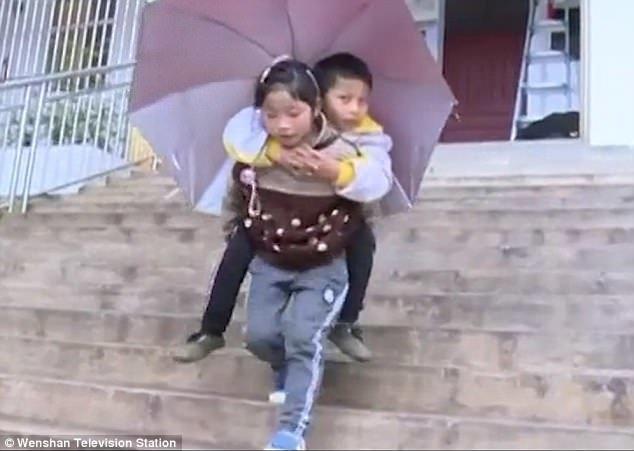 9-летняя китаянка каждый день носит своего брата-инвалида в школу