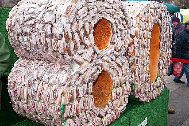 В Красноярске приготовили огромный бутерброд с салом