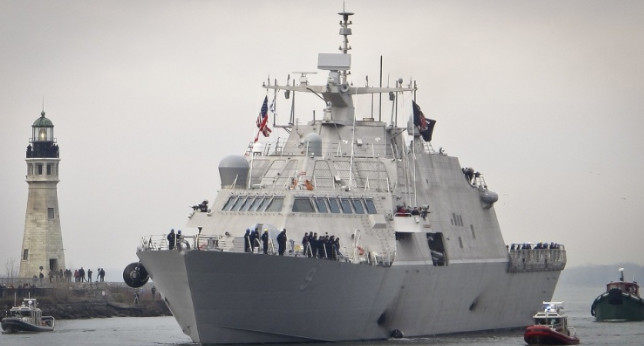 Новейший корабль ВМС США застрял во льдах во время первого похода