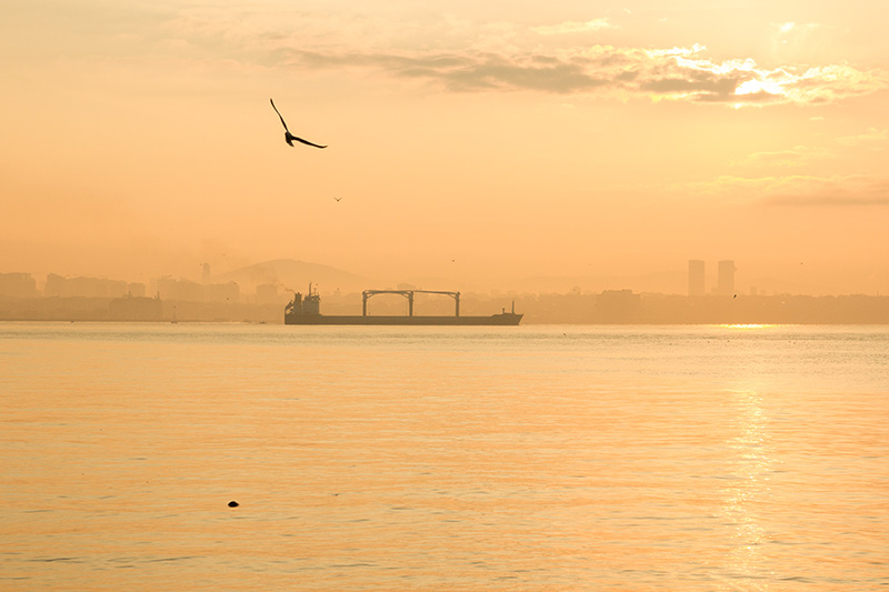 На набережной Мраморного моря можно встретить рассвет