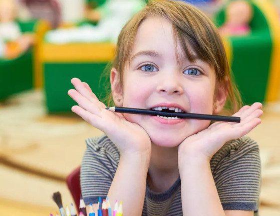 Почему детям опасно грызть карандаши и ручки?