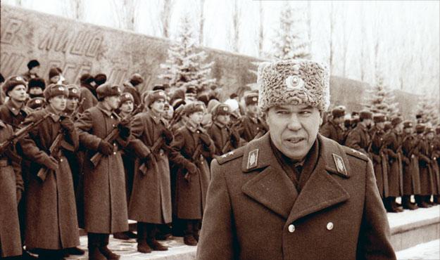12 декабря 1995 года. Волгоград, Мамаев Курган. Генерал Лев Рохлин награждает офицеров  и солдат, прошедших первую чеченскую кампанию