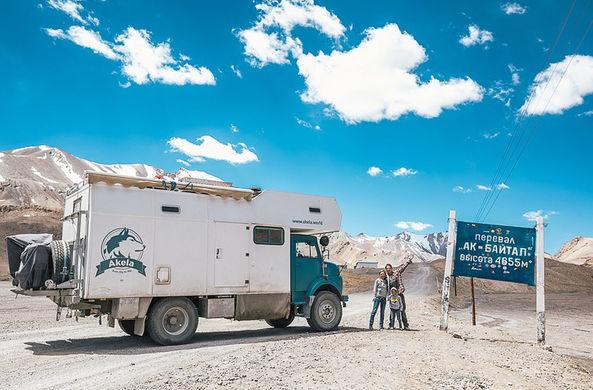Семья продала все имущество, чтобы путешествовать в военном грузовике