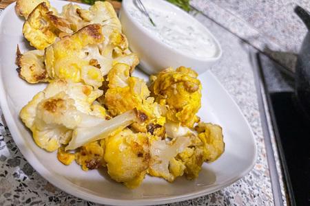 Фото к рецепту: Жареная цветная капуста с яйцами