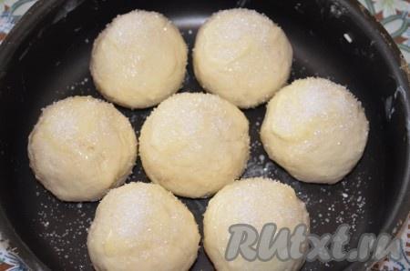 Сверху посыпать творожные булочки сахаром. Поставить в разогретую духовку на 30-40 минут при температуре 180-200 градусов.