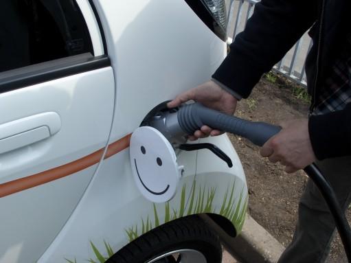 Более половины автовладельцев в России готовы пересесть на электрокары и гибриды