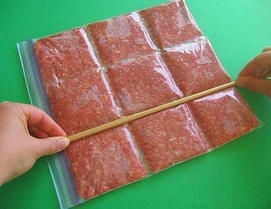Замораживай фарш правильно!Так мясо удобно ломается.