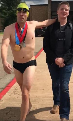 Отец пришел к сыну на последний урок в плавках