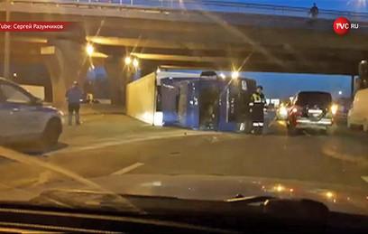 На МКАД фура столкнулась с тремя автомобилями и опрокинулась. Видео