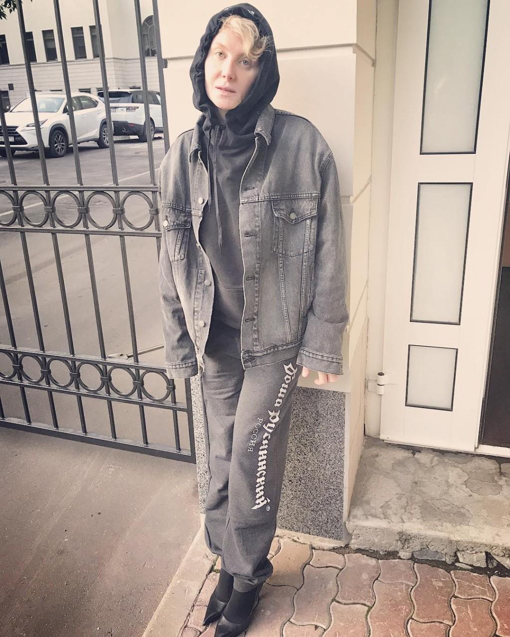 Рената Литвинова в спортивном костюме
