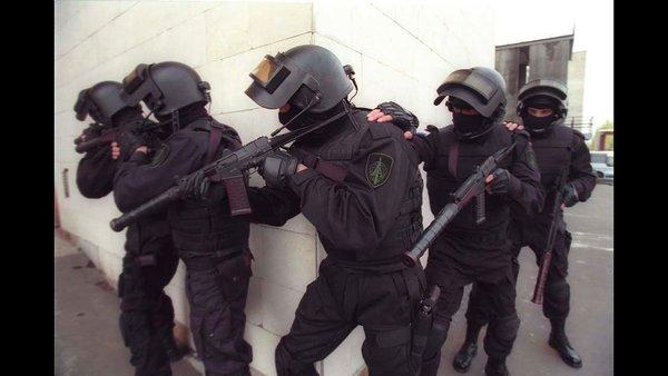 Для чего бойцы спецназа РФ кладут друг другу руку на плечо во время боя