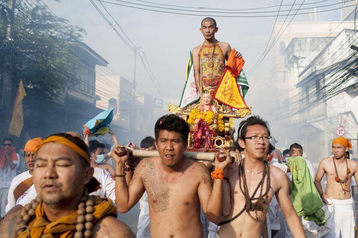 Шокирующий Вегетарианский фестиваль в Таиланде (15 фото)