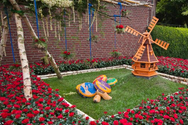 Такая мельница смотрится уместно в любом саду, притягивая к себе внимание прохожих, и вызывает искренний интерес гостей, навестивших вас
